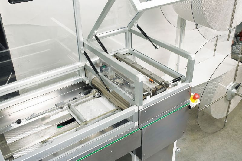 Robotized station for the illing of plastic trays